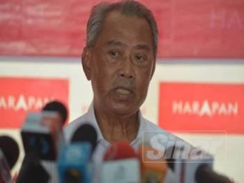 Presiden Bersatu, Tan Sri Muhyiddin Yassin bercakap pada sidang media di Eco Rambah Homestay di sini hari ini. - Foto SHARIFUDIN ABDUL RAHIM