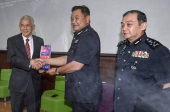 Abdul Hamid menyampaikan plak penghargaan kepada Ir Abdul Rahim pada Majlis Perasmian Penutup Persidangan Kebangsaan Jenayah Komersil bertemakan 'Ancaman dan Pendekatan Teknologi Siber 2019' di Universiti Malaya hari ini. - Foto Bernama