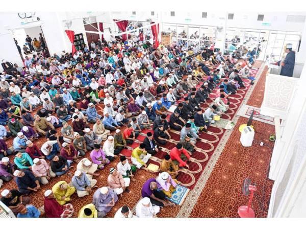 Yang di-Pertuan Agong berkenan mendengar khutbah Jumaat sebelum menunaikan solat Jumaat di Masjid Abu Hurairah hari ini. --fotoBERNAMA (2019) HAK CIPTA TERPELIHARA