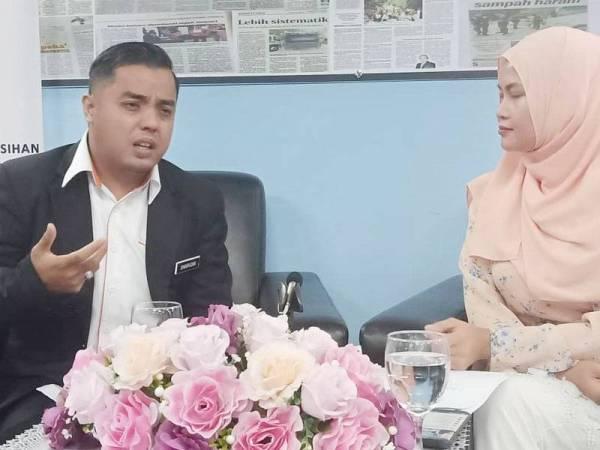 Dari kiri Sharudin bersama wartawan, Nor Khalilah pada program Sinar Live bersama Sinar Harian hari ini.