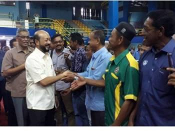 Mukhriz (kiri) bersalaman dengan kepimpinan MPKK dari seluruh negeri Kedah di Stadium Sultan Abdul Halim hari ini.