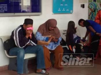 Asmaliza (kanan) dan Nurul Amin sebak ketika ditemui di Unit Forensik Hoshas Temerloh hari ini.