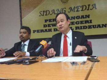 Koo Ham (tengah) ketika sidang media di Ipoh hari ini.