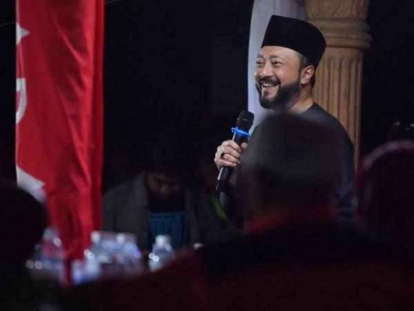 Mukhriz menyampaikan amanatnya di PDM Lubok Sawah di Rumah Sa'don Wakijo Batu 4 Kampung Sawah, Pontian malam ini. - Foto Bernama