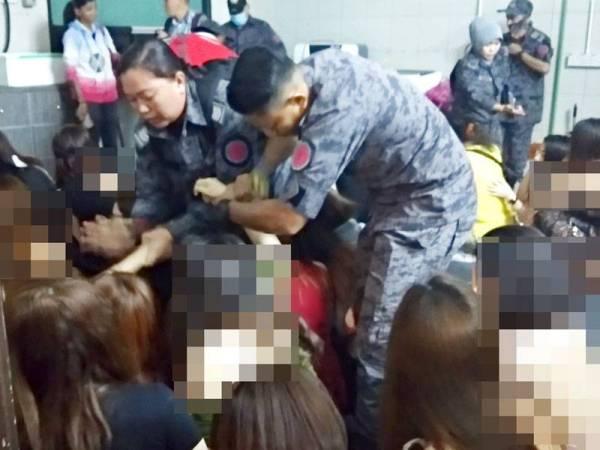 Anggota Imigresen Perak berjaya menahan 30 wanita warga Vietnam yang bekerja di sebuah pusat hiburan di Ipoh malam tadi.