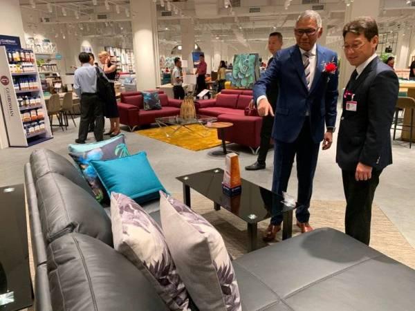 Kenneth (dua dari kanan) melihat produk yang dijual di pusat jualan Harvey Norman Aeon Mall Kota Bharu semalam.