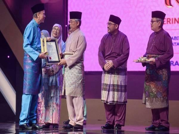 Al-Sultan Abdullah berkenan menyampaikan Anugerah Maulidur Rasul Peringkat Kebangsaan 1441H/ 2019M kepada Lam Thye (kiri) pada Majlis Sambutan Maulidur Rasul SAW Peringkat Kebangsaan Tahun 1441H/ 2019M di Bukit Jalil hari ini. -FOTO: BERNAMA