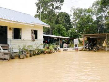 Salah sebuah rumah yang turut terjejas dengan banjir di Kampung Limpijas Membakut berikutan hujan yang melanda kawasan ini sejak dua hari lepas. -FOTO: BERNAMA