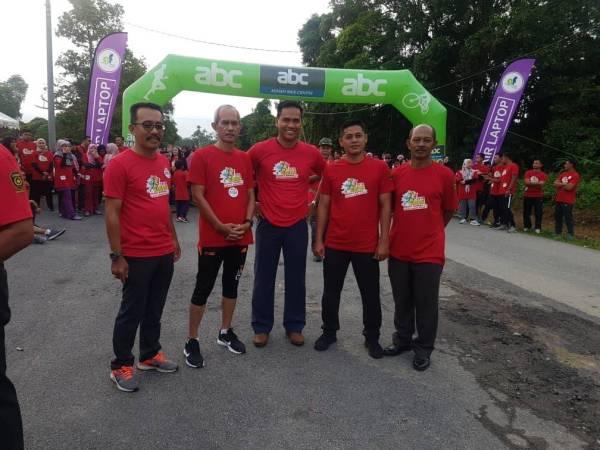 Wan Samsul (kiri) dan Norhisham (tengah) sebelum acara pelepasan peserta.