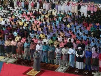 Tengku Amir Nasser Ibrahim Shah (depan, tujuh dari kanan) berkenan menunaikan solat Isyak berjemaah sebelum bermulanya Sambutan Maulidur Rasul Peringkat Negeri Pahang 2019 malam ini. - Foto Bernama