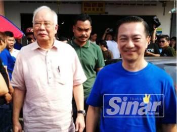 Najib (kiri) bersama calon BN, Wee Jeck Seng sempena program sarapan berkenaan di Pontian hari ini.