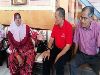 Karmaine (tengah) bertanya khabar mengenai keadaan kesihatan Normah (kiri) sewaktu mengadakan kunjungan ziarah kasih ke rumah ibu kepada Allahyarham Datuk Md Farid Md Rafik di Serkat hari ini.