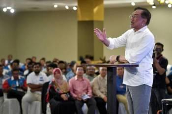 Anwar yang juga Ahli Parlimen Port Dickson menyampaikan ucapan pada Konvensyen Keadilan Negeri Melaka di Pusat Dagangan Antarabangsa Melaka (MITC) Ayer Keroh hari ini. Foto Bernama