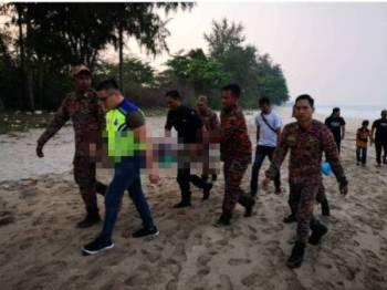 Mayat mangsa lemas di Pantai Batu Layar Desaru diusung bomba dan polis petang tadi.