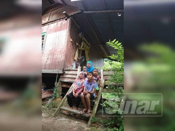 Zulaika bersama anak-anaknya yang tinggal di rumah pusaka yang menunggu masa untuk roboh.