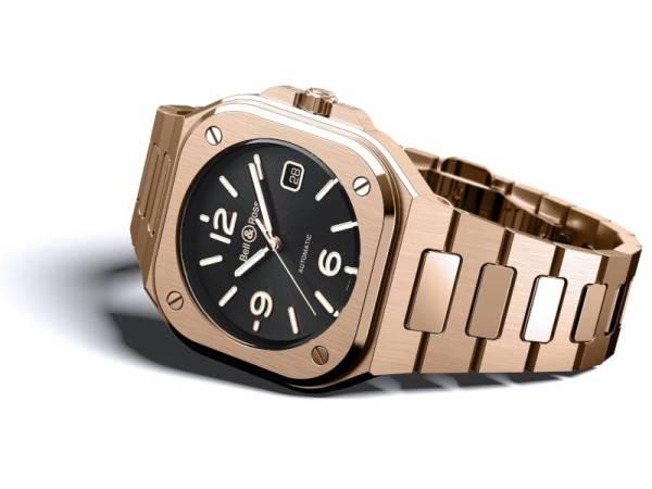 BR05 didatangkan dengan warna 18 karat rose gold yang tampak elegan tatkala dipakai.