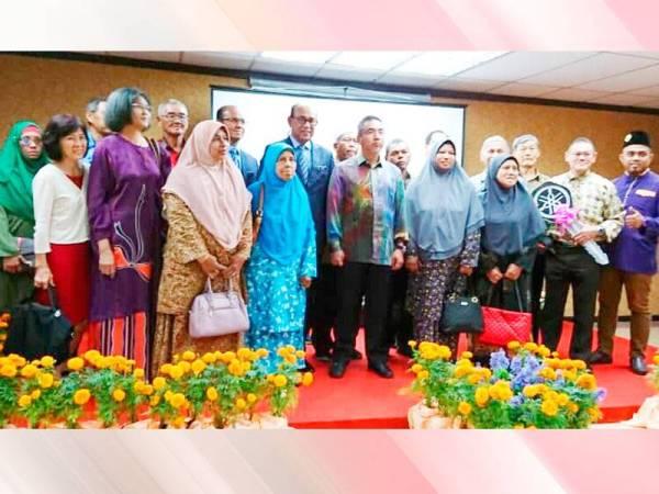 Adly dan Hasim (tengah) bersama sebahagian pembayar cukai tanah yang terpilih memenangi hadiah cabutan bertuah pada majlis itu.