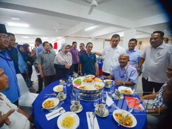 Zuraida bersama Sahruddin menyantuni penghulu dan ketua kampung pada majlis perjumpaan bersama penghulu dan ketua kampung daerah Pontian di Pontian hari ini. - FOTO SHARIFUDIN ABDUL RAHIM