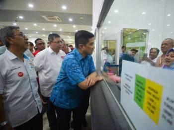 Mohamed Azmin bertemu kakitangan Terminal Feri Antarabangsa Kukup hari ini. - Foto SHARIFUDIN ABDUL RAHIM