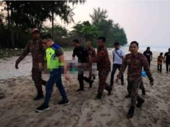 Mayat mangsa lemas di Pantai Batu Layar Desaru diusung bomba dan polis petang semalam.