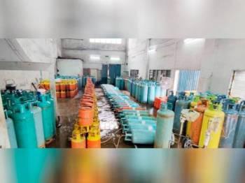 KPDNHEP Selangor menyita 336 tong gas LPG bernilai RM135,900 dalam operasi di sebuah stor di Meru, Klang hari ini.