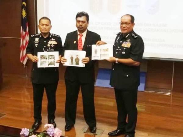 Zainal Abidin (kanan) menunjukkan gambar suspek dan hasil rampasan Ops Bersepadu Khazanah.