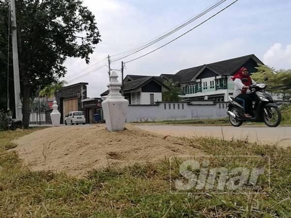 'Kubur' dibina di tepi parit di Kampung Seri Tanjung di sini bagi mengelak tabiat membuang sampah semberono dalam kalangan orang ramai.