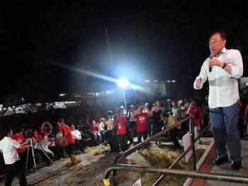 Presiden PKR Datuk Seri Anwar Ibrahim menyampaikan ucapannya ketika berkempen bagi Pilihan Raya Kecil (PRK) Parlimen Tanjung Piai di Taman Utama, Pekan Nanas malam ini. - Foto Bernama