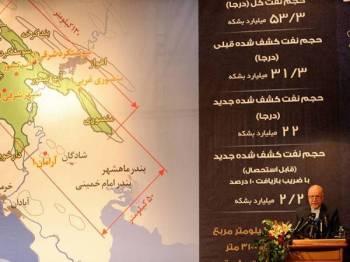 Zanganeh menunjukkan peta kawasan sumber minyak mentah baharu di wilayah Khuzestan ketika sidang media hari ini.