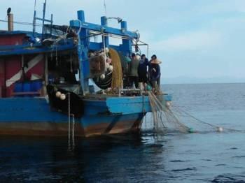 Bot pukat tunda yang ditahan APMM Pulau Pinang selepas didapati menangkap ikan di luar zon yang ditetapkan.