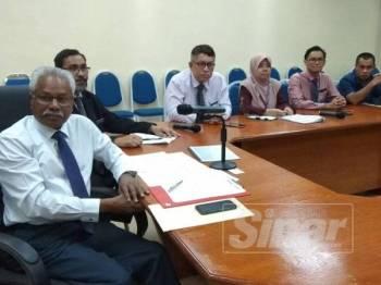 Sivanesan (kiri) ketika mengadakan pertemuan dengan pelbagai pihak bagi menyelesaikan isu pengawal keselamatan di HRPB.