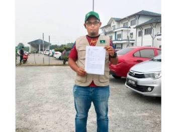 Mohd 'Izzul Hafizuddin menunjukkan laporan yang dibuat terhadap pihak menyebarkan fitnah terhadap Berjasa melalui laman sosial sejak beberapa hari lalu.