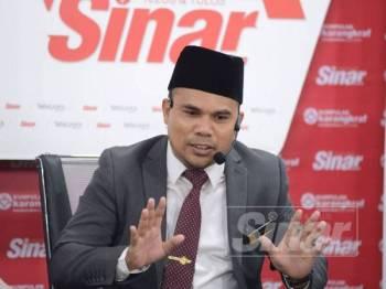 Ahmad Talmizi ketika bercakap pada Wacana Siri ke-139 bertajuk 'Zakat: Instrumen Kewangan Sosial' di Dewan Karangkraf, di sini hari ini. - FOTO ROSLI TALIB