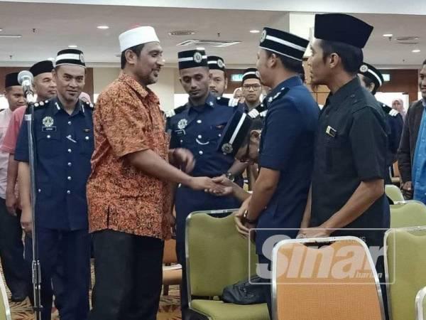 Syed Ibrahim beramah mesra bersama sebahagian peserta yang mengikuti Seminar Pencegahan Jenayah Akidah Syariah 'Sesat Dalam Cahaya' Peringkat Negeri Pahang 2019 di Yayasan Pahang hari ini.
