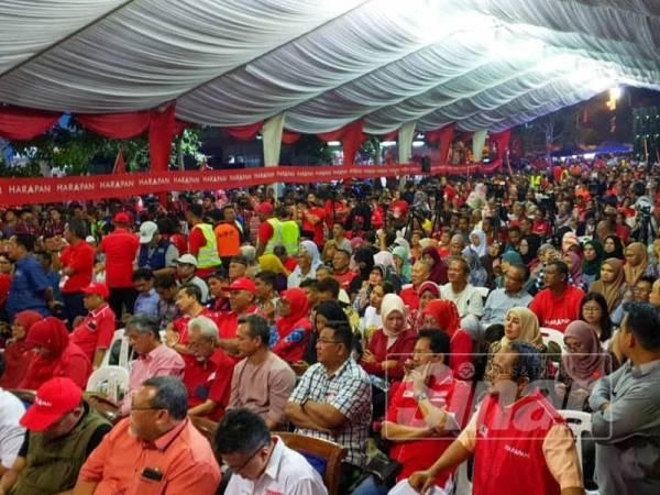 Antara yang hadir pada program ceramah Pakatan Harapan PRK Tanjung Piai di Tapak Terminal Bas Kukup Laut malam ini. - FOTO SHARIFUDIN ABDUL RAHIM