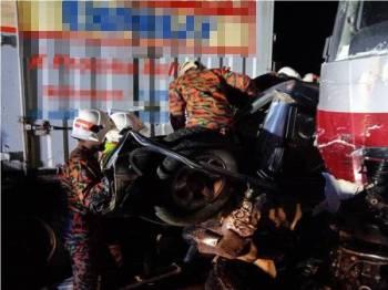 Anggota bomba menggunakan pemotong hidraulik bagi mengeluarkan mangsa yang tersepit dalam nahas berkenaan malam tadi.
