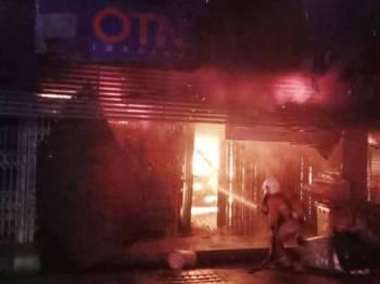 Anggota bomba memadam kebakaran dua buah kedai di Jalan Abdullah, Segamat malam tadi. Foto: JBPM