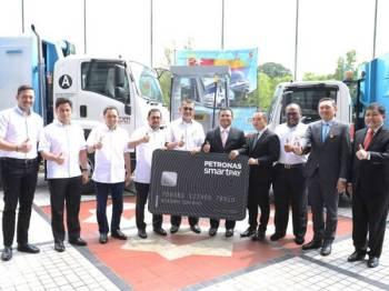 Amirudin (enam dari kiri), Syed Zainal Abidin (lima dari kiri) dan Ramli (tiga dari kanan) selepas Majlis Menandatangani Perjanjian SmartPay Fleet Card Scheme antara KDEB Waste Management dan Petronas Dagangan Berhad di Shah Alam semalam.
