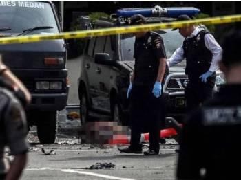Polis sedang memeriksa lokasi letupan di ibu pejabat polis Medan, Sumatera Utara, Indonesia. - Foto AFP