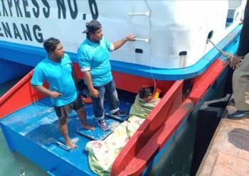 Kakitangan feri menyelamatkan seorang nelayan disyaki hanyut di perairan Langkawi berdekatan Pulau Tuba.