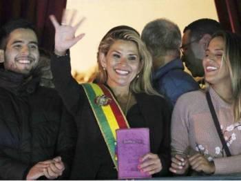 Anez (tengah) berucap kepada orang ramai dari balkoni Istana Quemado selepas beliau mengisytiharkan dirinya sebagai Presiden sementara semalam.
