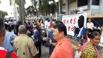 Ahli dan penyokong parti mula berkumpul di hadapan Kompleks Mahkamah Majistret dan Sesyen Ipoh memberi sokongan terhadap Paul Yong hari ini.