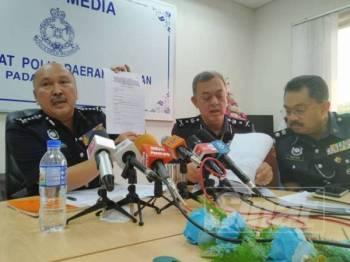 Mohd Kamarudin (kiri) menunjukkan borang permohonan permit kempen ketika sidang media di IPD Pontian hari ini.