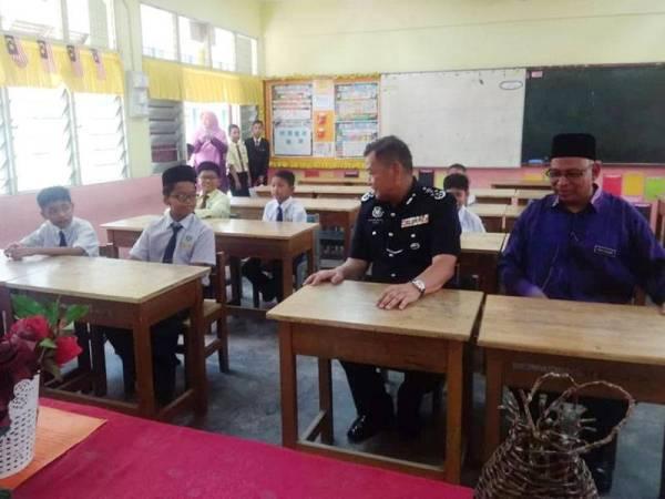 Abdul Hamid (dua dari kanan)dan Abu Kasim (kanan) ketika melawat murid SK Jerantut hari ini.