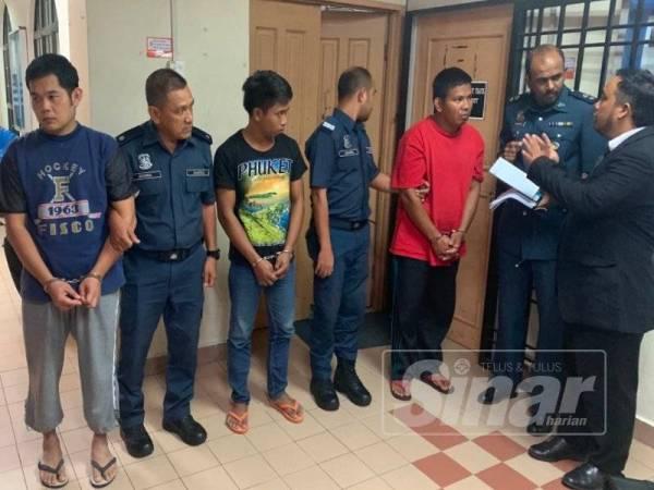 Andy (kiri), Chandra Saputra (tiga, kiri) dan Sulaiman (lima,kiri) ketika dibawa keluar daripada kamar perbicaraan selepas dijatuhkan hukuman berkenaan.