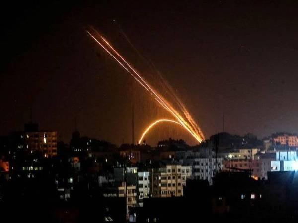 Peluru berpandu dilancarkan di Tebing Gaza. - Foto AFP