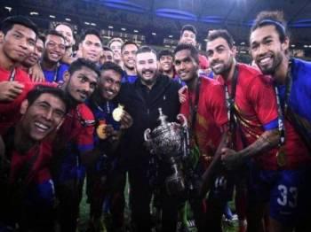 Tunku Ismail bersama skuad Harimau Selatan meraikan kejayaan muncul juara Piala Malaysia di Stadium Nasional, Bukit Jalil pada 2 November lalu.