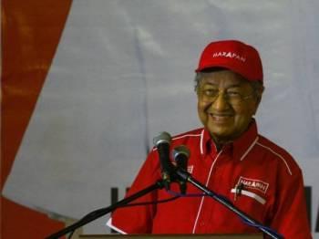 Dr Mahathir berucap pada Program Ceramah Pakatan Harapan PRK Tanjung Piai di Tapak Terminal Bas Kukup Laut malam tadi. - Foto: Sharifudin Abdul Rahim