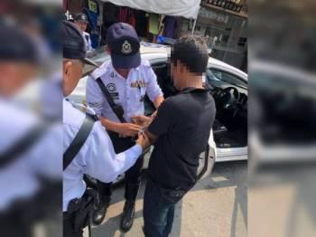 Polis menahan lelaki warga Myanmar kerana cuba memberi rasuah ketika Op Penguatkuasaan Lalu Lintas di Kuala Kangsar semalam. - Foto Ihsan IPD Kuala Kangsar