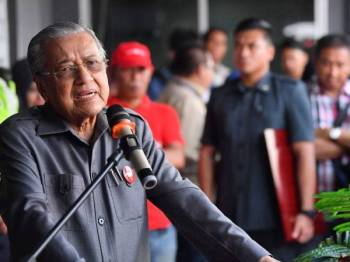 Dr Mahathir menyampaikan ucapan ketika hadir untuk bersarapan pagi bersama NGO Pontian di Pekan Nanas hari ini.- Foto Bernama